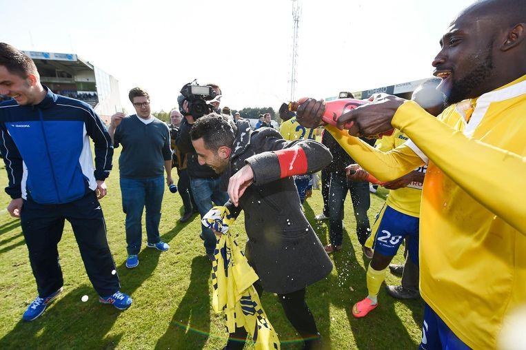 Ferrera wordt getrakteerd door zijn spelers bij STVV na de promotie richting Jupiler Pro League.