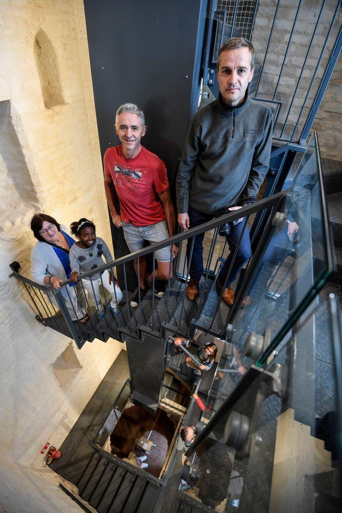 """De eerste bezoekers aan het Belfort zijn onder de indruk. """"Een prachtige restauratie"""", zegt Ronny Verhelst (rode trui)."""