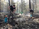 Vrijwilligers zijn dagenlang bezig met het nablussen van de bosbrand op de Kerkeindse Heide