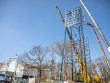 Foodcourt in Zwolle de hoogte in: reclamemast staat op z'n plek