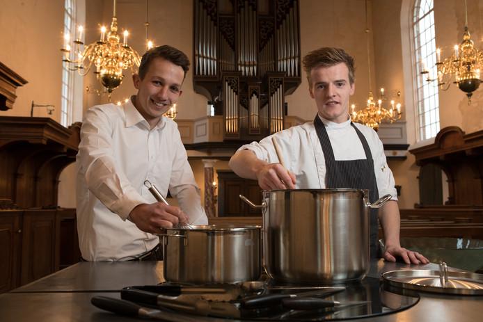 Jesper de Bruijn, bedrijfsleider van restaurant De Bagatelle in Mariënheem, wilde graag op een bijzondere locatie een diner verzorgen. Het werd de Plaskerk, waar chef-kok Kasper Stam (rechts) zijn kookkunsten mag etaleren in liefst negen gangen.