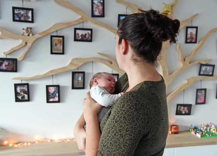 Sanne Paauwe met haar baby Ryan.