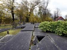 Kapotte grafstenen Woerden worden niet opgeknapt om authenticiteit begraafplaats te behouden