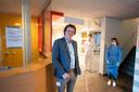 Directeur Luc de Vries in de coronapost in Hengelo. Patiënten worden er begeleid door twee coassistenten in volledig beschermende kleding.