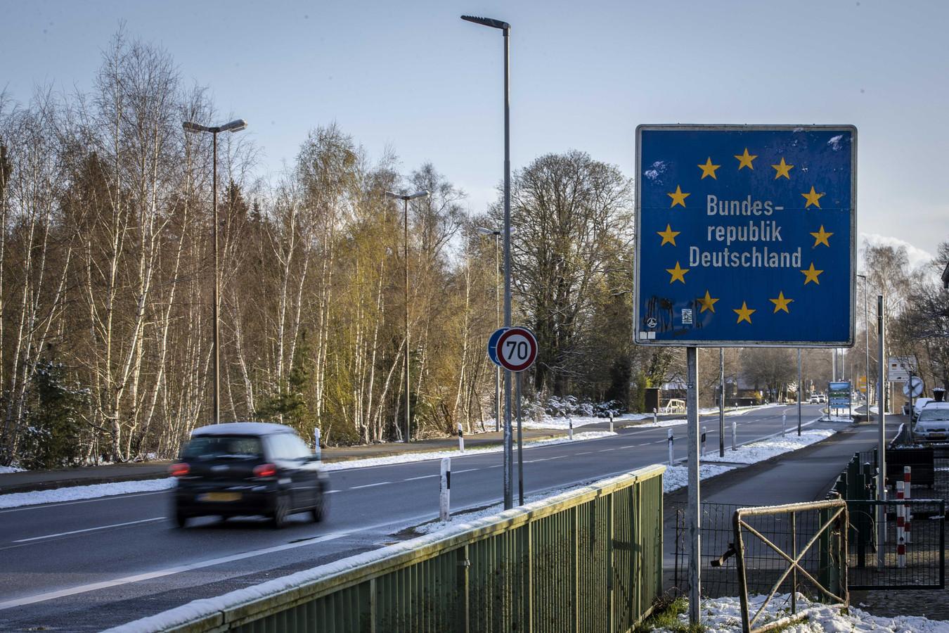 Nederlanders passeren de Duitse grens bij de grensovergang tussen Denekamp en Nordhorn. Reizigers vanuit Nederland moeten zich online aanmelden en meteen een negatieve coronatest kunnen tonen.