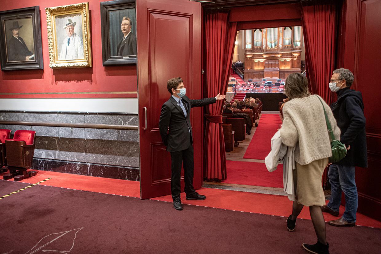 Bezoekers van het Concertgebouw in Amsterdam bezoeken een voorstelling. Beeld Guus Dubbelman / de Volkskrant