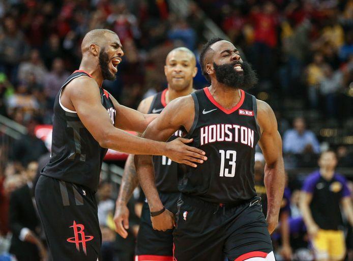 James Harden (13) wordt gefeliciteerd door zijn teamgenoot Chris Paul (3) na weer een score voor de Houston Rockets.