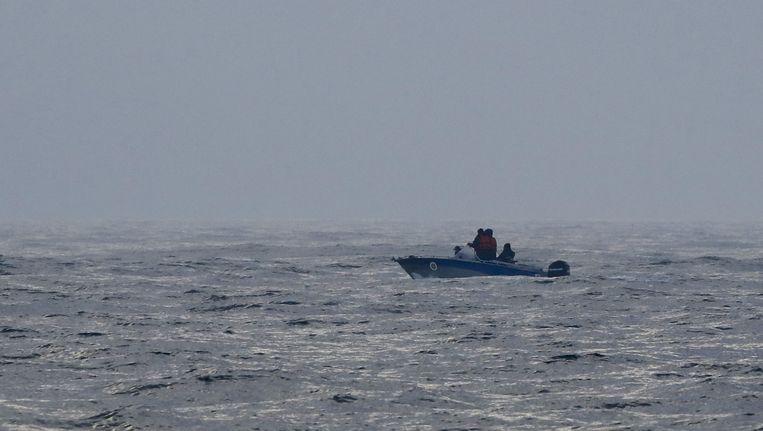 Redders zoeken naar overlevenden van het ongeval met een plezierboot op de Zwarte Zee. Beeld REUTERS