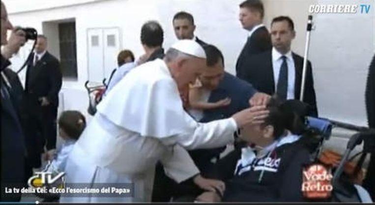 De paus ontfermde zich vorig jaar na de Pinkstermis over een zieke jongen. Dat was geen exorcisme, meent Van Geest. Beeld corriere.it
