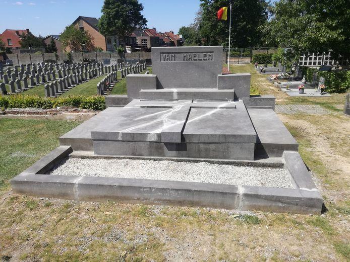 Het opgeknapt graf van Frans Van Haelen op het kerkhof in Beersel.