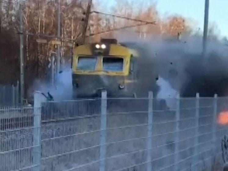 Trein kan niet meer stoppen voor bus die vastzit op sporen