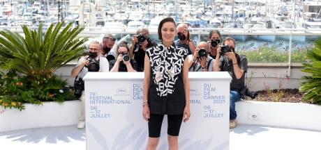 Marion Cotillard en cycliste devant les photographes de Cannes: un premier look vraiment inattendu