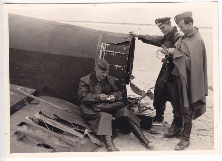 Bij Den Hoorn op Texel doorzoeken Duitsers het wrak van een Lancaster ED943 die in de nacht van 25 op 26 juni 1943 werd neergehaald. Geen van de Britse bemanningsleden overleefde de crash.  Beeld Collectie Gerard Groeneveld