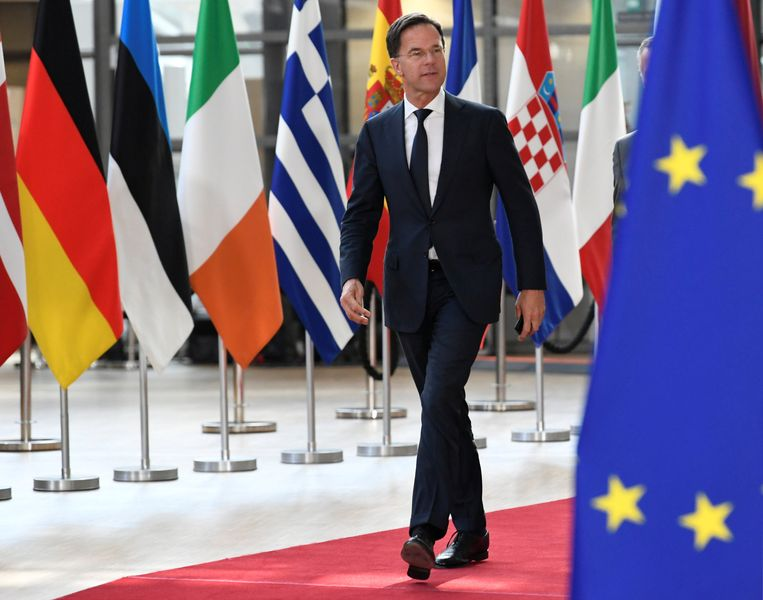 Mark Rutte arriveert op het Europees Parlement in Brussel. Beeld REUTERS