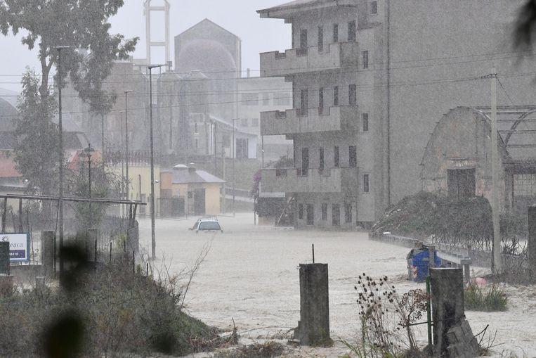 Ondergelopen straten en een gestrande auto in Crotone in de hak van de Italiaanse laars.  Beeld EPA