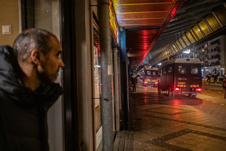 In het Nederlandse Osdorp rukt de politie uit vanwege rellen tegen de avondklok. Beeld Joris van Gennip