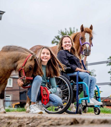 Sylvi (17) en Fiore (11) hebben een eigen bedrijf, ze helpen pony's met gedragsproblemen: 'Eerst voorzichtig de neus aanraken'