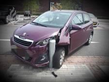 Automobiliste rijdt op paaltje bij inparkeren in Tilburg; 'Dit gebeurt wekelijks'