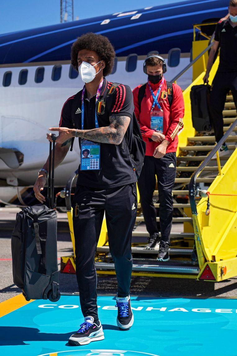 Axel Witsel stapt van het vliegtuig in Kopenhagen. Beeld Photo News