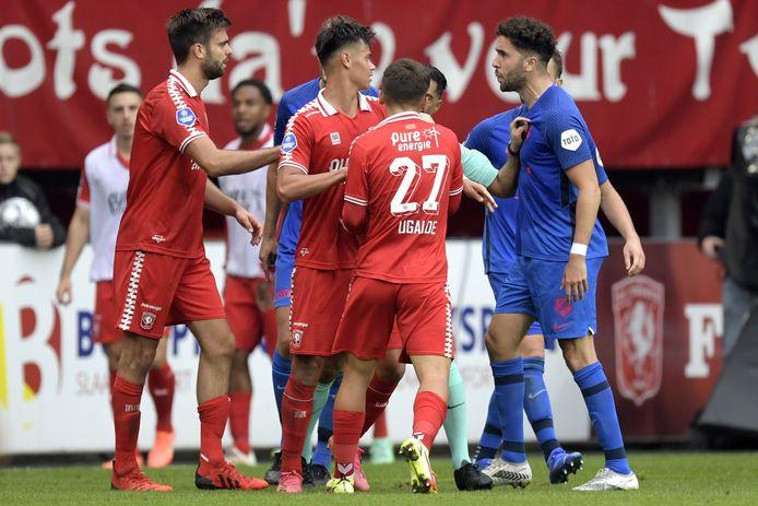 Een opstootje bij de wedstrijd tussen FC Twente en FC Utrecht in de eredivisie.