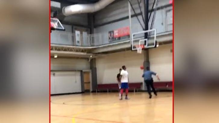 Agent zet basketballer zo te kijk dat hij vlucht