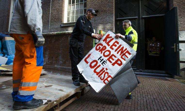 Schoonmakers ruimen de rommel op die de studenten hebben achtergelaten tijdens de bezetting van het Maagdenhuis. Studenten hielden dit pand van de Universiteit van Amsterdam (UvA) zes weken bezet, uit protest tegen het bestuur van de universiteit. Beeld anp
