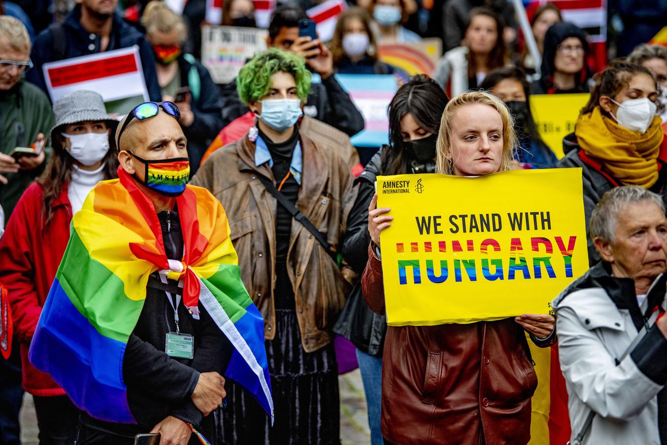 Protest in Amsterdam: actievoerders eisen dat de Europese Unie actie onderneemt tegen een Hongaarse anti-LHBTI-wet.