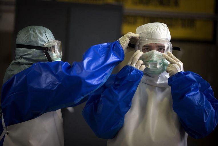 Vrijwilligers die in Duitsland voorbereid worden om in Ebolagebied hulpverlening te gaan doen. Beeld PHOTO_NEWS