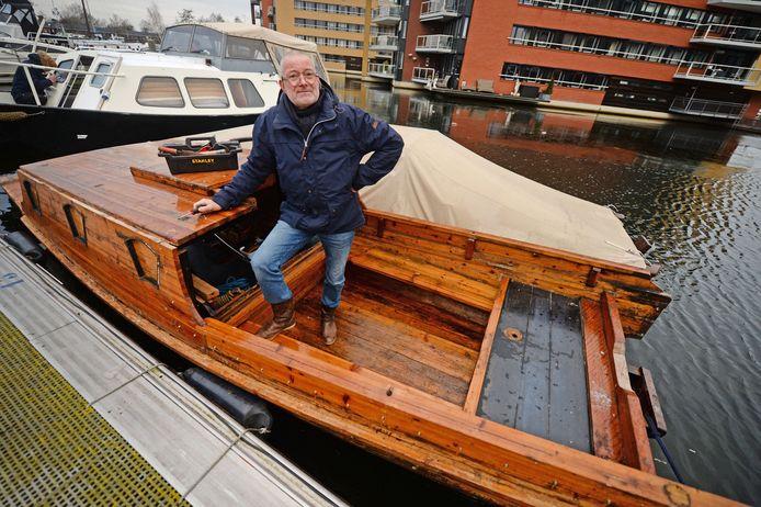 Coen ten Heggeler aan de slag op zijn Chinese champan in de Almelose jachthaven.