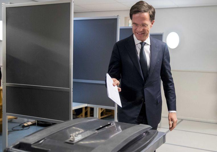 Premier Mark Rutte brengt zijn stem uit in Den Haag. Vorige keer had hij 54 dagen nodig om een kabinet te vormen. Nu belooft de regeringsformatie een werk van lange adem te worden. Beeld EPA