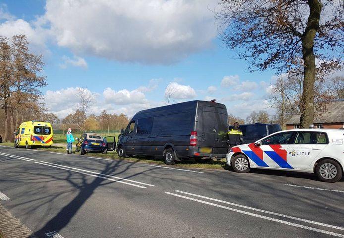 Op de Hardenbergerweg (N343) in Langeveen botste een bedrijfsbus op een auto.