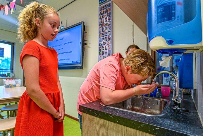 Juni 2020: Leerlingen en docenten op basisschool De Hofstee in Etten-Leur zuchtten onder de enorme hitte, omdat de klimaatinstallatie het al jaren niet deed.