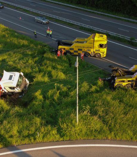 Vrachtwagen schiet van afrit A12 en belandt honderden meters verderop in de sloot: weg deels afgesloten
