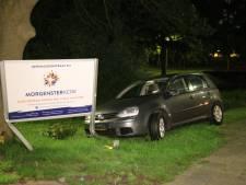 Automobilist crasht tegen informatiebord in Den Haag en vlucht te voet weg