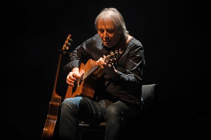 Gitarist Harry Sacksioni, twee jaar geleden op het podium van Theater Hanzehof in Zutphen.