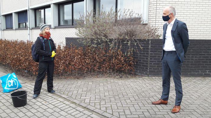 Els Rijke van actiegroep Sluit VION! overhandigde maandagmiddag directeur Bert Eurlings van de Boxtelse varkensslachterij een emmer slootwater.