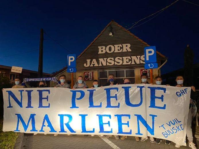 De supporters hingen een groot spandoek aan Boer Janssens, het café waar ze afspreken voor elke uitmatch.