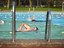 Blije zwemmers in buitenbad De Warande