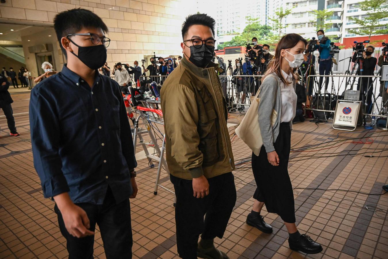 Joshua Wong (links), Ivan Lam en Agnes Chow arriveren bij de rechtbank in Hongkong.