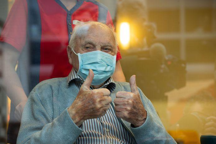 Jos Hermans krijgt maandag als eerste het coronavaccin in ons land. De 96-jarige Jos is de oudste bewoner van woonzorgcentrum Sint-Pieter, vlak bij de fabriek van Pfizer in Puurs. Hij woont er al zes jaar.