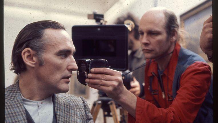 De Nederlandse cameraman Robby Müller aan het werk met acteur Dennis Hopper. De documentaire over het werk van Müller is vanaf 20 september te zien. Beeld -
