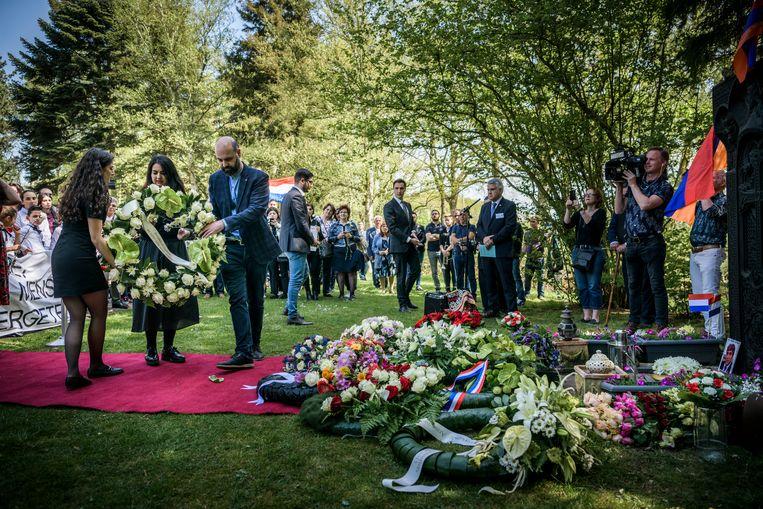 Nederland, Assen, April 2019.Herdenking van de Armeense genocide, 104 jaar geleden. Tientallen Armeniers uit heel Nederland herdenken bij het genocidemonument op begraafplaats De Boskamp in Assen de honderduizenden mensen die in 1915 in het Ottomaanse Rijk werden vermoordt.   Beeld Hollandse Hoogte / Kees van de Veen