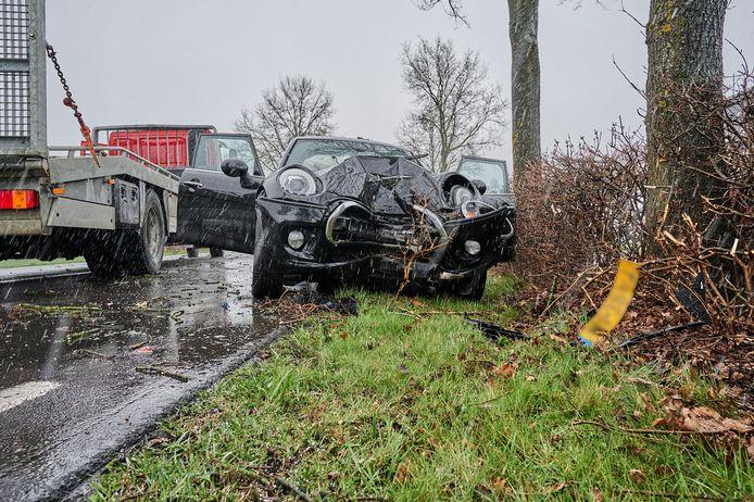Een van de twee auto's die in botsing kwam op de N263 in Zundert.