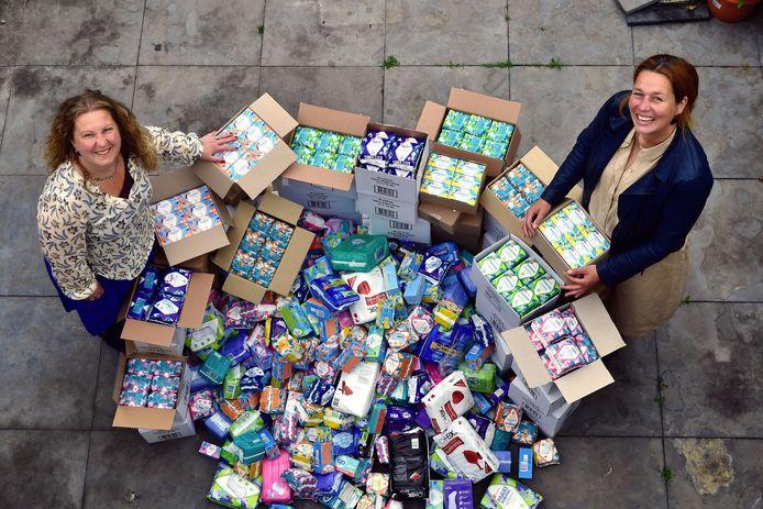 Femke van Raam en Elianne Braskamp met een lading maandverband en tampons voor de voedselbank.