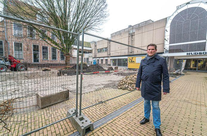 Wethouder René de Heer met op de achtergrond het grote gebouw waar V&D en Hudson's Bay huisden. Een lokale partij heeft plannen om het pand te kopen en te slopen.