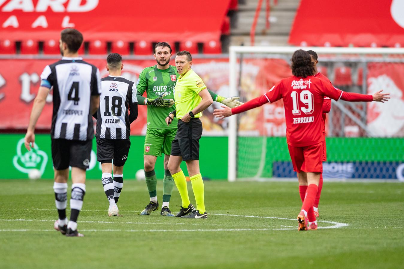 FC Twente-doelman Joël Drommel haalt verhaal bij scheidsrechter Allard Lindhout na de omstreden VAR-beslissing in het thuisduel met Heracles Almelo.