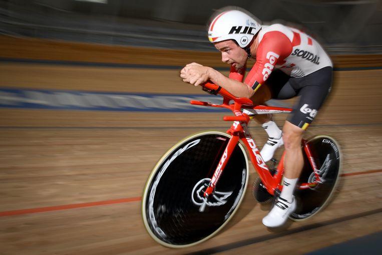 Victor Campenaerts test in Roubaix, Frankrijk de fiets waarmee hij het werelduurrecord van Bradley Wiggins wil breken. Beeld BELGA
