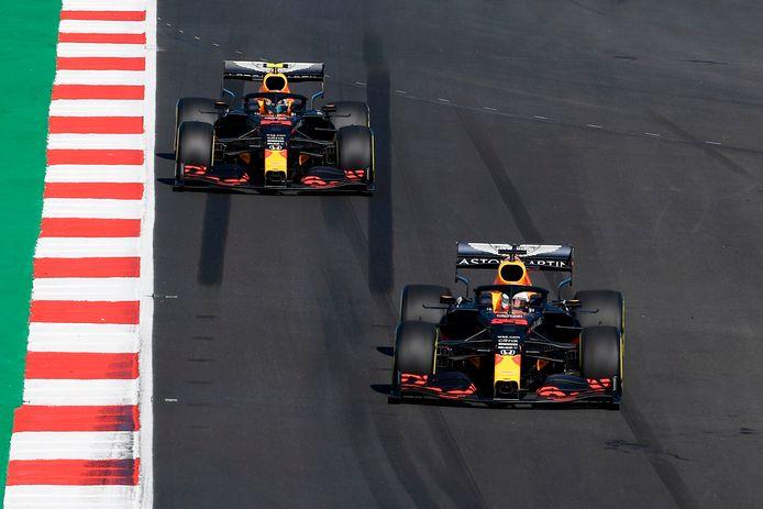 Alexander Albon in het kielzog van Max Verstappen, iets wat dit seizoen te weinig gebeurt.