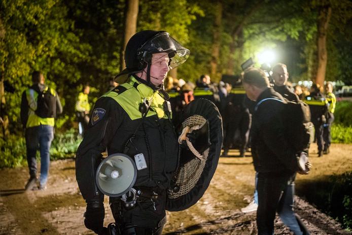 Sommige agenten waren bewapend als ME'er. Het afvoeren van gearresteerde demonstraten gebeurde buiten het zicht van de camera's, aan de achterkant van de stal. Of de politie de bewapening nodig heeft gehad, is daarom niet bekend.