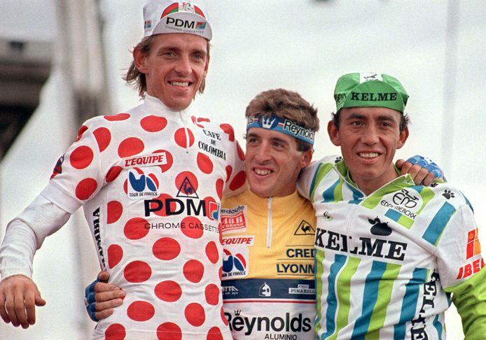 Steven Rooks in de bolletjestrui op het podium in Parijs in 1988, hier naast Pedro Delgado (gele trui) en nummer drie Fabio Parra.